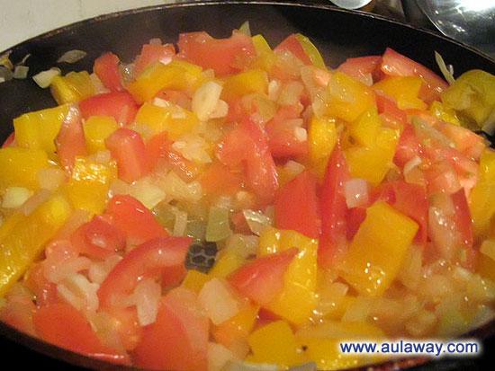 добавляем нашинкованный сладкий перец и помидоры, тушим 10 минут