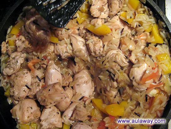 в большой сковородке смешиваем рис, курицу и овощи - тушим 5 минут