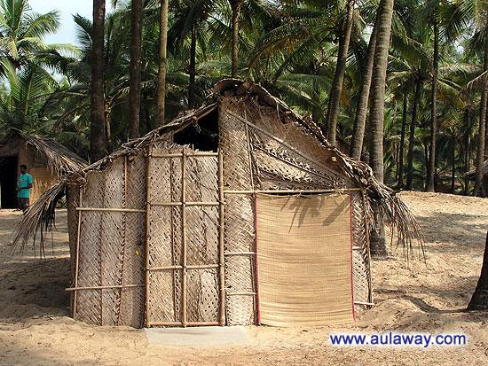На горизонте пляжное бунгало. Оно же в простонародье - шалаш обыкновенный пальмовый.
