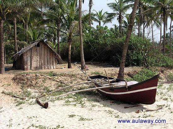 За небольшую плату предлагается прогулка на частной яхте по просторам индийского океана.