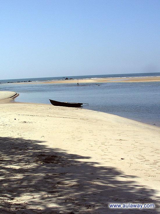 Пляж, с чистым песочком, прозрачной водичкой, и никого вокруг