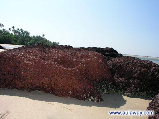Камни. Дикий пляж. Индия северное Гоа.
