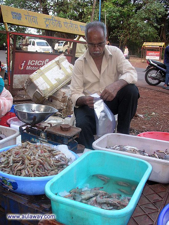 Покупая креветки. Рыбный рынок в паре километров от Сиолима.