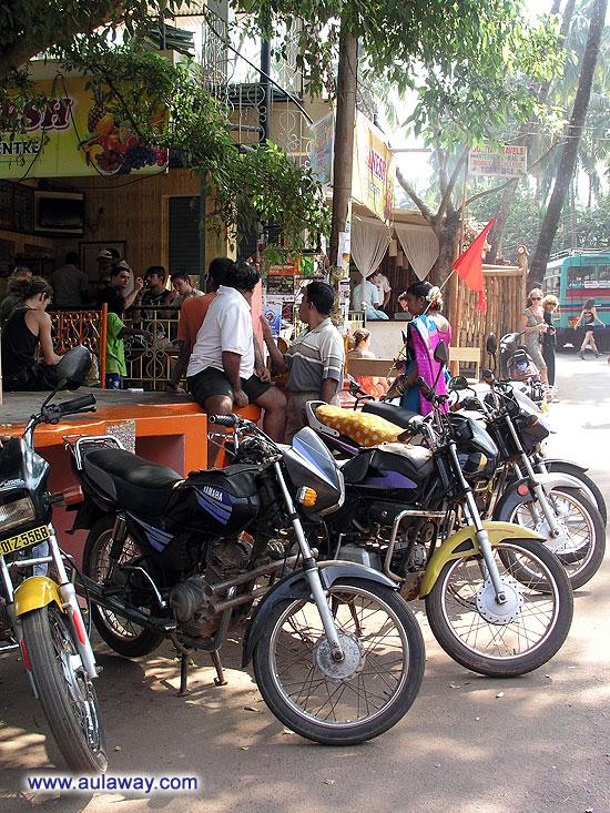 Джус-центр в Чапоре (Jai Ganesh Fruit Juice Centre & Scarlet Fresh Juice Centre). Парковка. Сложный вопрос. Ибо заставлено все по самые ... они самые нехочу.