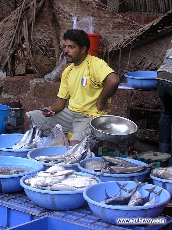 Продавец рыбы. Видимо крут. Вон сколько у него всякой рыбки.