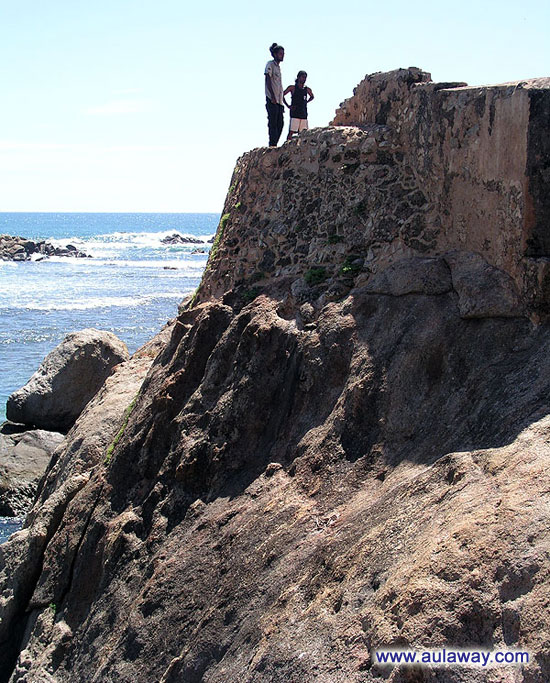 Фото отвесной скалы. Форт Галле. Юг Шри-Ланки.