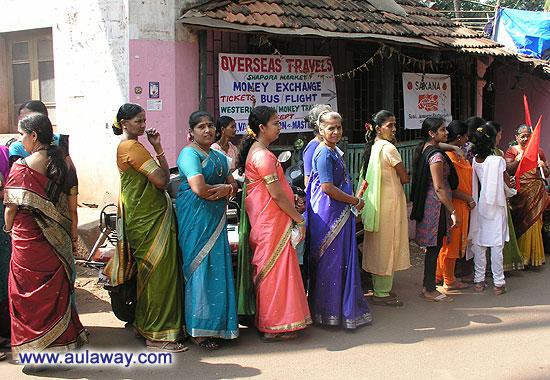 Очередь индийских самок за соками. Шутка. Хз зачем они там стоят, праздник местный какой-то.