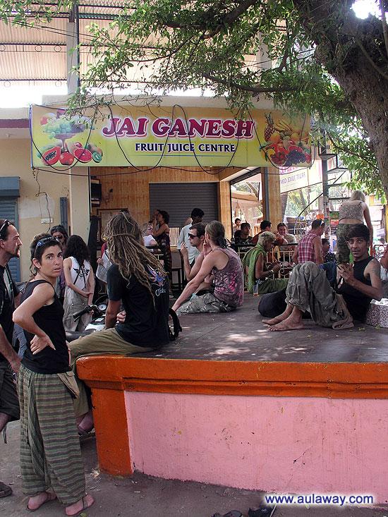 Джус-центр (Jai Ganesh Fruit Juice Centre). Места внутри мало. Многие сидят вокруг где придется и попадется. По индийски. Все в таком мирном и спокойном азиатском русле.