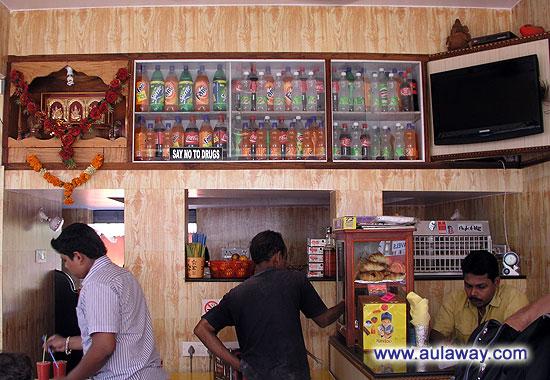 Джус-центр (Jai Ganesh Fruit Juice Centre). Внутри.