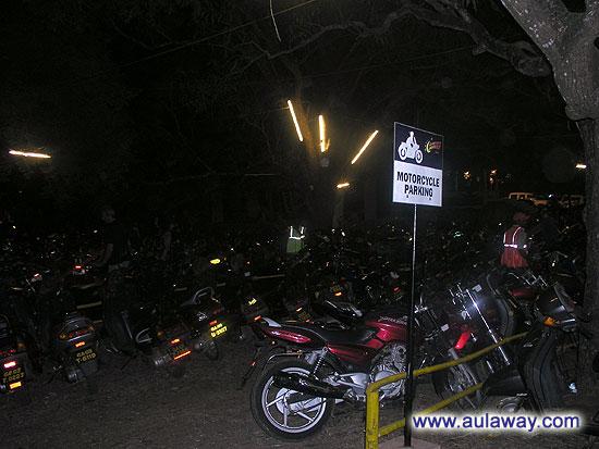 Ночной рынок в Арпоре. Парковка.