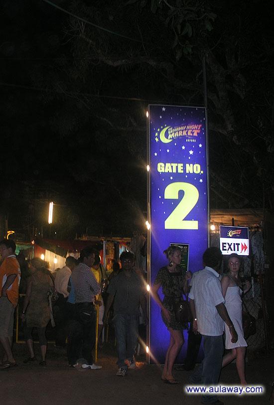 Ночной рынок в Арпоре. (Saturday night market, Ingos Saturday Nite Bazaar). Вход. Добро пожаловать. Ваш гейт номер 2. Проследуйте пожалуйста на посадку и высадку.