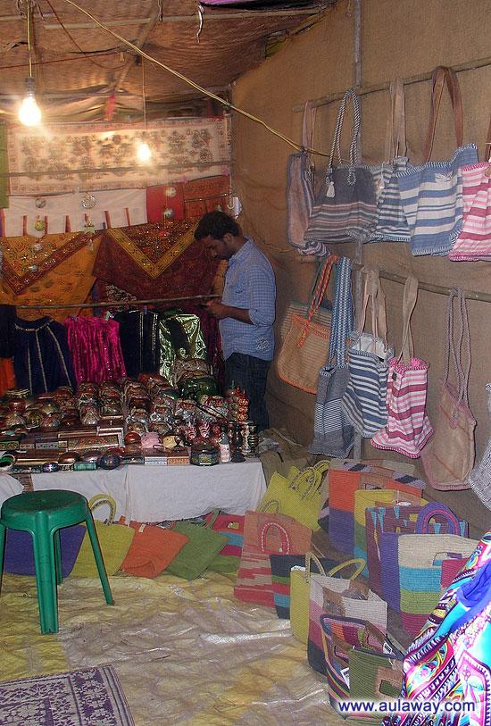Ночной рынок в Арпоре. Обычные палаточки с азиатской хренью. Подробно про нее было описано в посте про дневной рынок.
