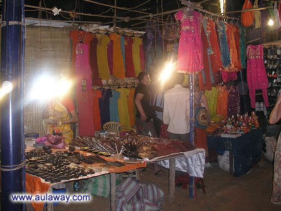 Ночной рынок в Арпоре. Еще одна фотка палаточки со всякими азиатскими фенечками.