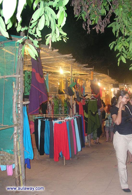Ночной рынок в Арпоре по субботам. Вдоль рядов.