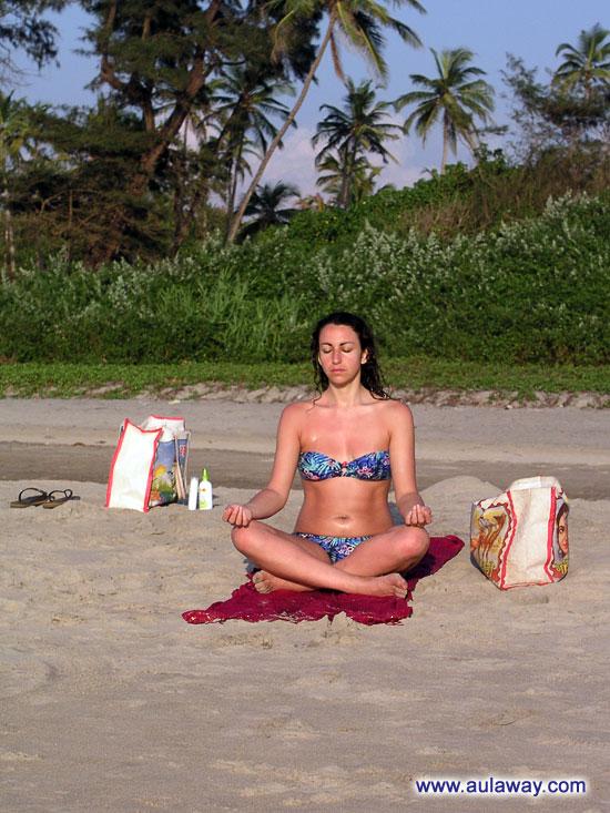 Кто-то медитирует в лучах заходящего солнца