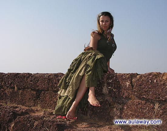 Чета я опять устала, посидим и посмотрим на великолепный вид со стены Чапора Форт. Вид на следующей фотке, здесь просто посидим и пофтыкаем. Вообще там много можно ходить, часа 2 по жаре точно о одной стеночки до другой и везде очень красиво.