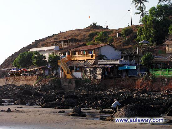 Вот так живут у пляжа, небольние комнаты с душем и видом на океан. Хотите дом, это чутка дальше от берега.