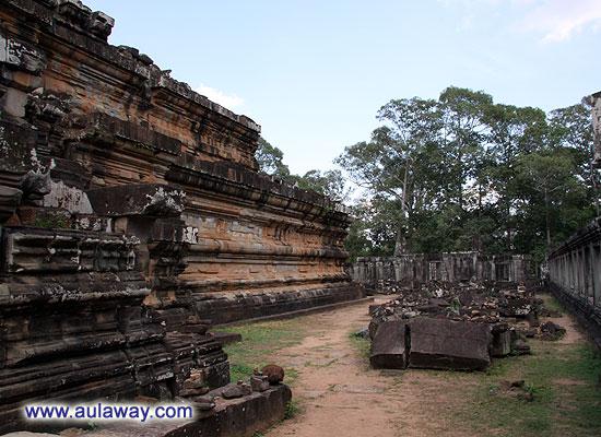 Анкор Трат. У подножия храма.
