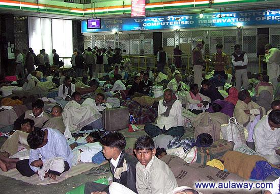 Вокзал Mugal Sarai. 2 часа ночи.