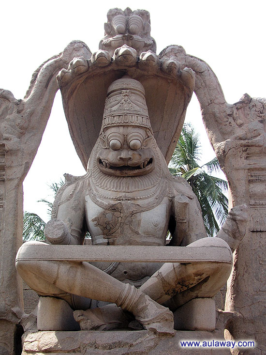 Статуя Нарасимха Памятник великому Lakshmi-Narasimha, в народе называемый Ugranarasimha означает - человек с ужасным лицом, статуя высечена прямо из скалы. Согласно историческим надписям, он был казнен в 1528 году н.э. во время правления Кришнадеварая. Памятник потрясает своими размерами почти 7 метров в высоту, был изувечен вандалами и восстановлен по манускриптам. Этот жуткий памятник памятник Нарасимха с членораздельно с большими выпученными глазами и широкой грудью до сих пор сохраняет свое устрашающее очарование. Он сидит на витках змеи Adisesha, которая поднимается за ним всеми семью капюшонами как бы укрывая его от невзгод. Хотя какие невзгоды страшны столько ужасающему воину.