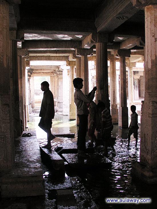 И собственно индусы очень шустро через воду к богу. А я испугалась. Вода жутко мутная и лезть в нее с кучей нищих было стремно :(