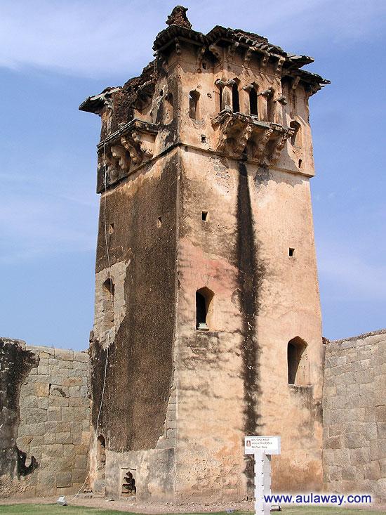 Забыла название этой башни и в инете описания не нашла. Так что просто башня.