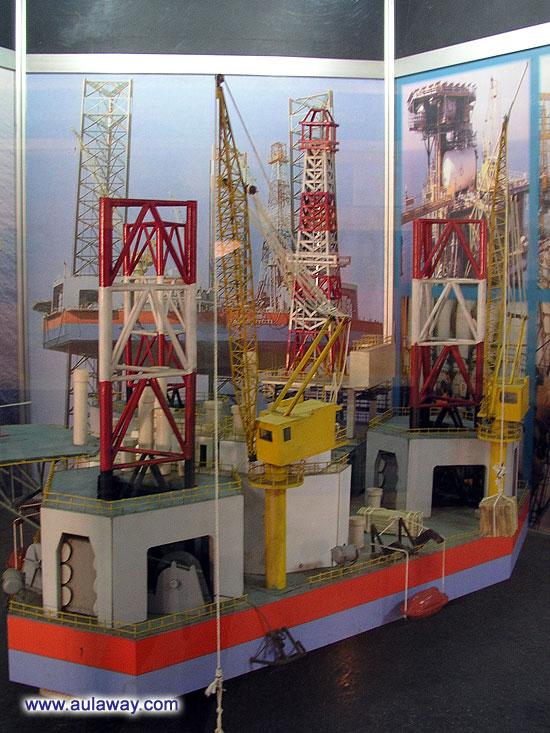 Добыча нефти в море. Миниатюра.