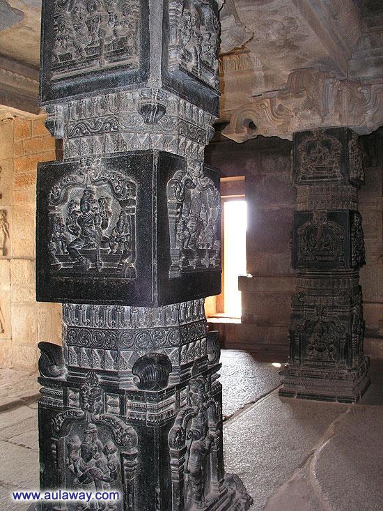 Еще один столб. Черный, но очень красивый. Храм Рамайаны.