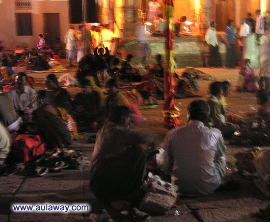 Они там живут! Или ночуют. Внутри храма на земле.