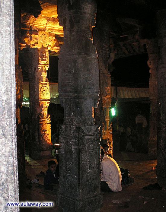 Внутри храма в Хампи. Все дальше и дальше.