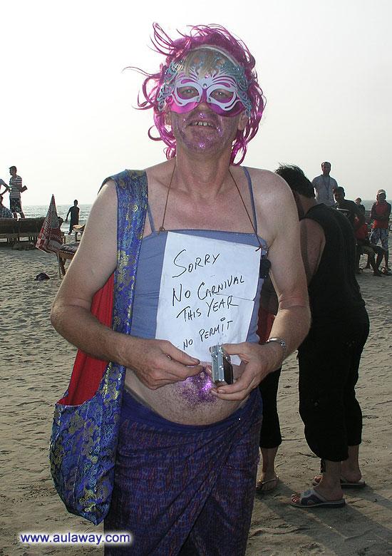 шумный многолюдный праздник на берегу океана - как будто в сказке