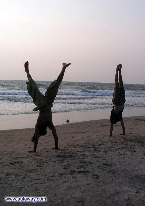 Дело близится к закату. К воже выходят йоги показать свои таланты и умения. Фигли по 20 минут на руках стоять. Я и минуты не смогу. :)
