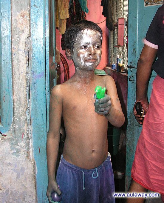 Новый год в Индии. Праздник Холле. Ребенок на улице