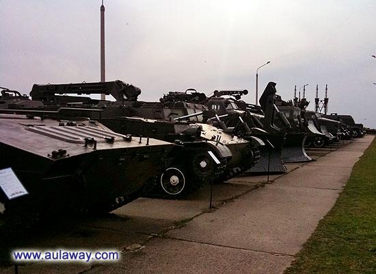 Для бронетехники и технике на гусеницах отведена огромная площадка. Она хорошо просматривается со стороны дороги и привлекает к себе внимание. Здесь множество различных моделей от пушек, минометов, гаубиц до реактивной артиллерии.