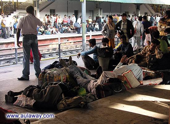 Железнодорожный вокзал в Дели. Платформа.