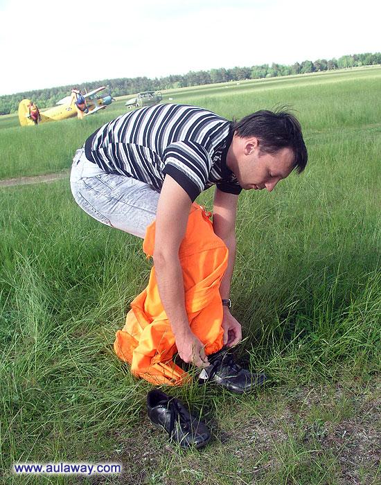 Первая примерка костюма для прыжков с парашюта.