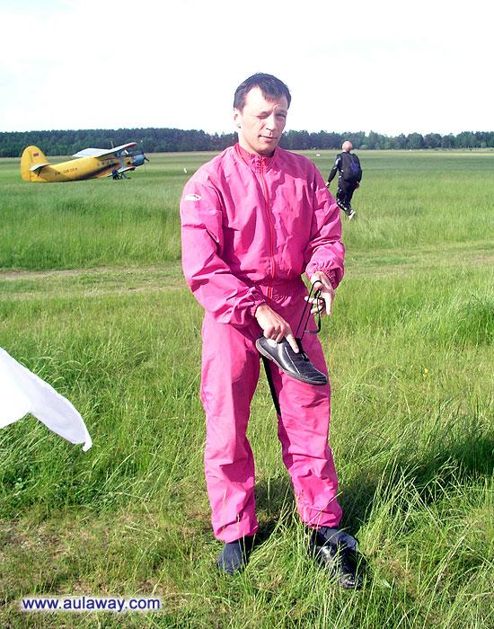 Этот поприкольнее, розовый такой, гламурный, как раз именно то, что нужно для прыжков с парашютом.
