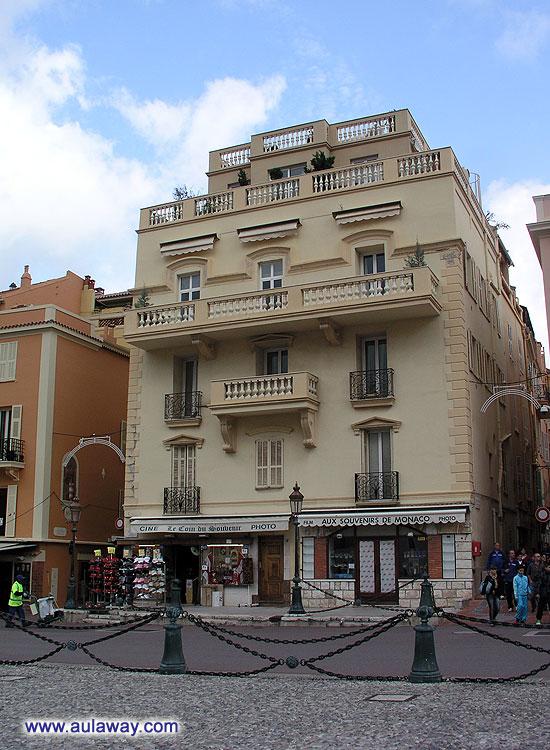 Они самые сувенирные магазинчики в Монако. С магнитиками по 5 евро и прочей китайской фигней по заоблачным ценам.