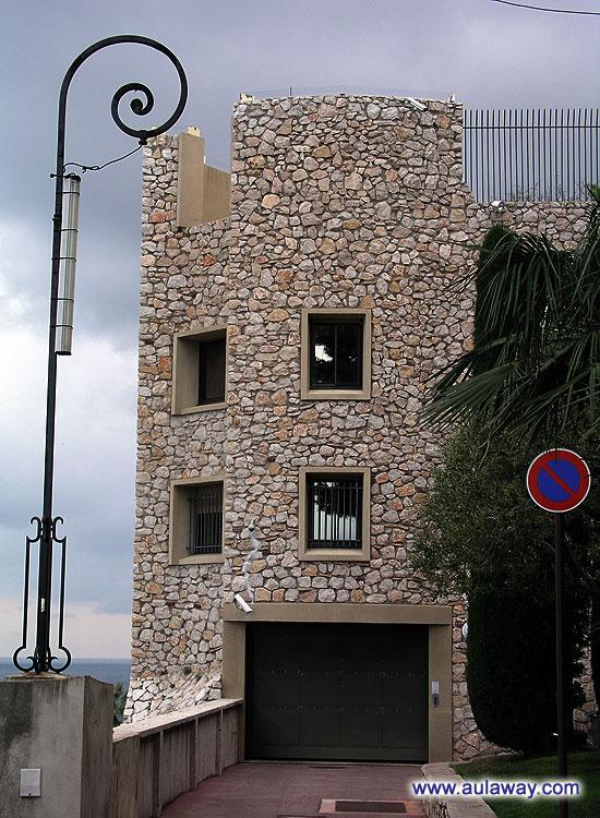 У входа в башню