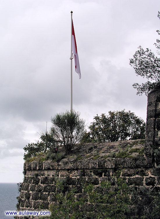 Флаг на ветру. Ветра нет и флаг .... обвис