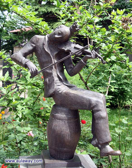 Скульптурная композиция «Памятник Сашке-музыканту»