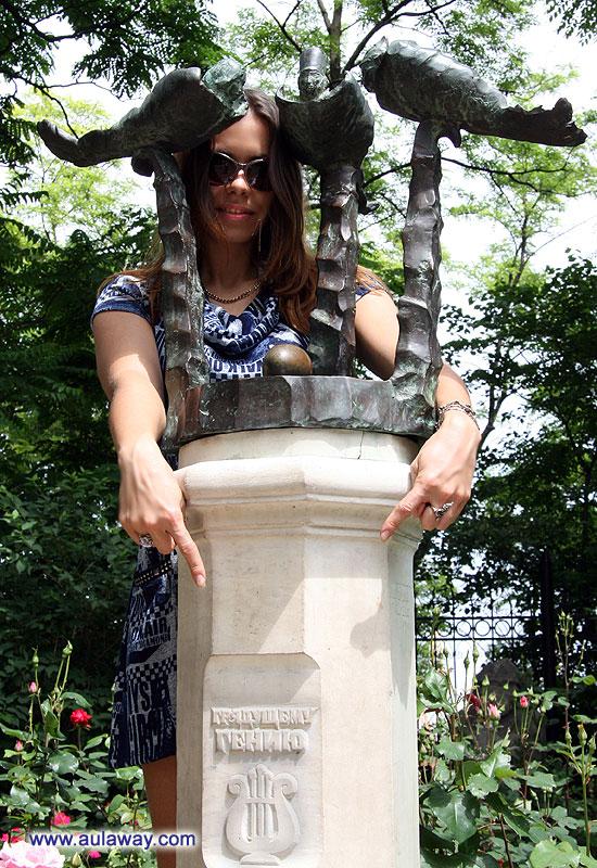 Скульптурная композиция «Памятник грядущему одесскому гению»