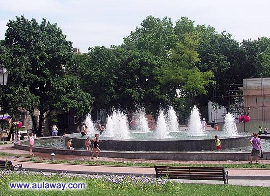 Дети и фонтан. Правильно - в новостях объявили о прорыве канализации в море и дети стали купаться в фонтане.
