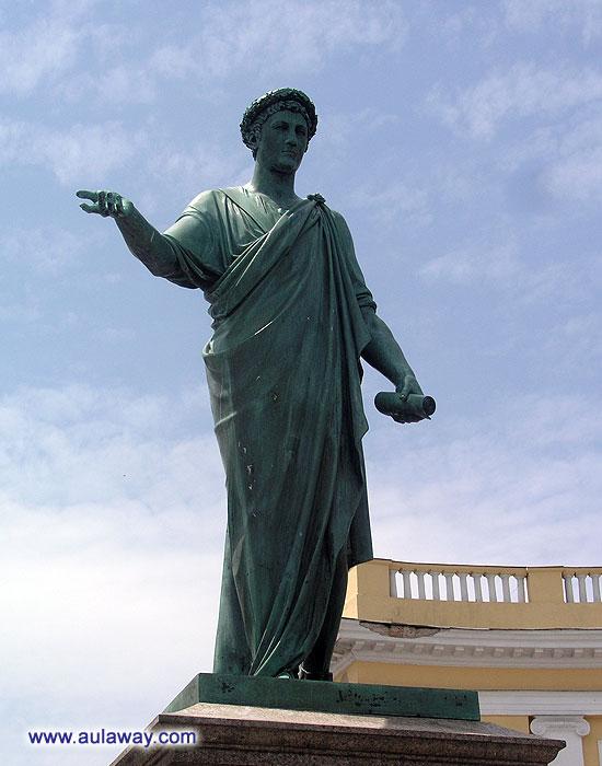 Не помню кому это памятник, в Одессе.