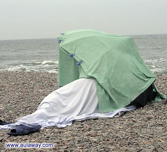 Какими-то тропками среди скал. И первое что увидела. Мужчина спит под зонтиком. Как мне объяснил мой новый знакомый - это профессор какого-то университета. Фетиш у него такой.