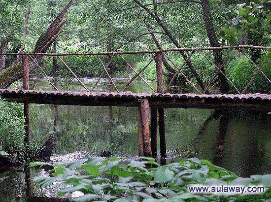 Мост через озеро. Стремный такой очеееень.