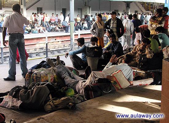 Перон железнодорожного вокзала в Дели. Эти люди едут вторым классом.