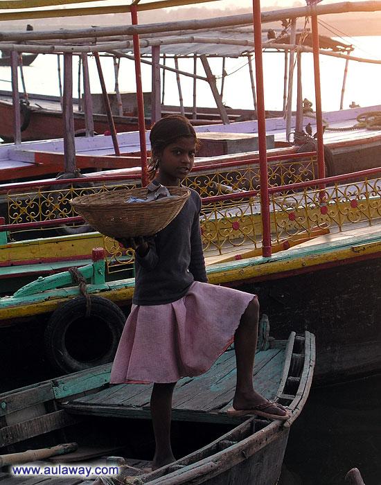 Вместо школы на работу. Индийская девочка ходит каждый день по развалившимся лодкам предлагая туристам корзинки цветов.