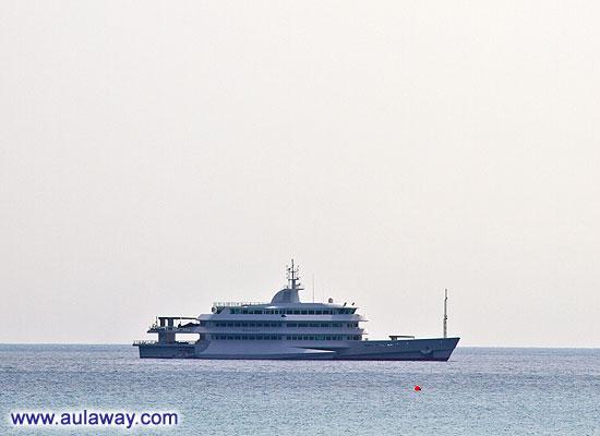 Это яхта владельца острова. Он на ней периодами живет.