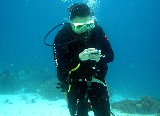 Экзамен на подводное ориентирование. Я с компасом ищу дорогу.